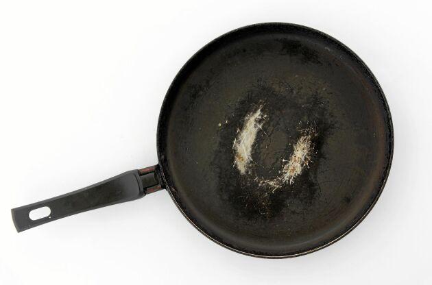 Teflonpannan blir lätt repig om du diskar den i diskmaskin.