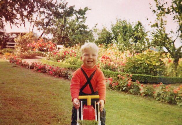Thomas själv som liten, med trädgården och raden av begonia i bakgrunden.