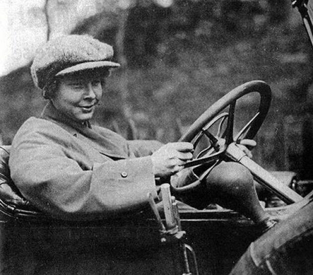 Ester Blenda Nordström älskade bilar och motorkcyklar. Inte helt vanligt för en kvinna på 1910-talet.