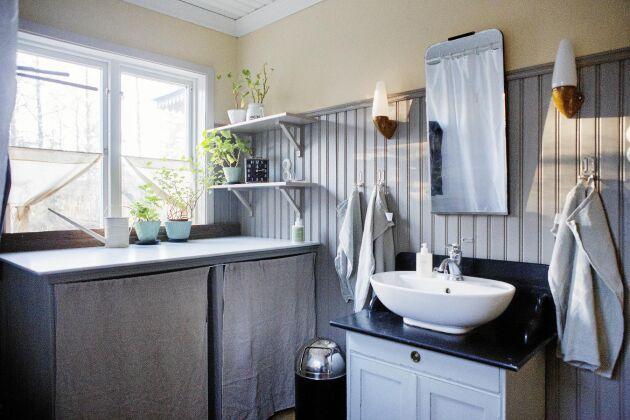 """Badrummet är stort, ljust och har en """"tron"""" - en gammal toalettstol med cistern på väggen och kedja att dra i (syns ej på bilden dock)."""