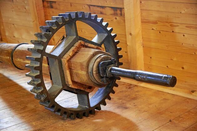 Det rejäla stjärnhjulet som driver kvarnstenarna är bevarat från den gamla kvarnen.