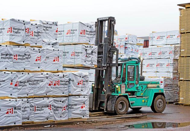 Efter sammanslagningen under ny ägare varslar Bergskvist Siljan 45 medarbetare. Samtidigt skär småländska Bergs Timber ned på produktionen.