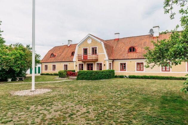 Mangårdsbyggnaden har en byggnadsarea på cirka 235 kvadratmeter med taxerad boarea på 200 kvadratmeter.