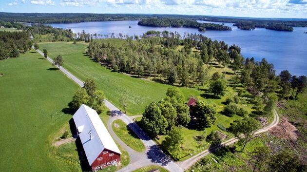 """Mossvik norr om Nässjö ligger i """"typiskt Småländskt landskap med sjöläge vid Hästsjön"""". Fastigheten erbjuder ett gediget 50-talshus med möjlighet till djurhållning och kräftfiske i sjön. Total areal tre hektar varav två är åker och betesmark. Utgångspris: 4500 000 kronor."""