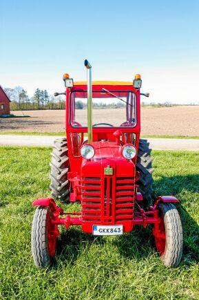 Traktorn IH är tillverkad i England, årsmodell 1961.