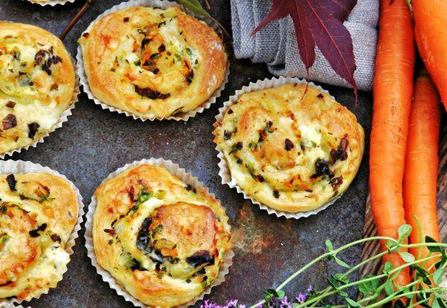 Fyll brödet med svamp och rotfrukter. Brödet är gott till en soppa eller varför inte på höstbuffén. Brödet går bra att frysa och sprödvärma till servering.