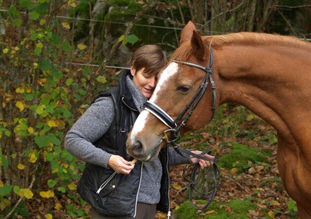 Systrarna Gabriella och Ulrika Pernold är båda engagerade i ridskoleverksamheten, tillsammans med sina familjer. Här är Gabriella Pernold med hästen Skye.