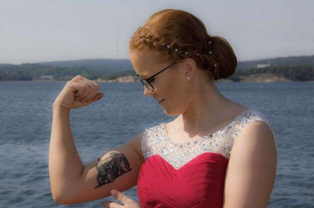 Sofie Karlsson, Rabbalshede gård, har valt att tatuera en stilig traktor på överarmen.