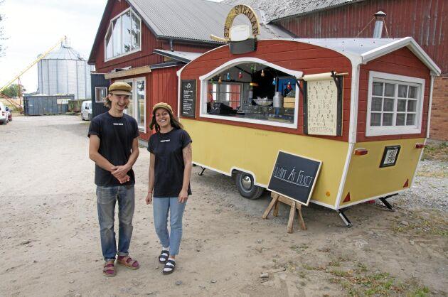 De brinner för sin idé och vill växa på egna villkor. Filip Larsson och Sara Runsten säljer Filloumiburgare från sin matvagn, en ombyggd husvagn. Efterfrågan är stor på deras egentillverkade halloumi.
