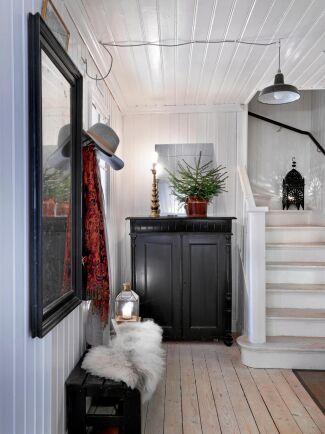 Hallen är välkomnande med en rustik känsla. Golv och pärlspont är original. Bänk, skåp och lampa är loppisfynd.
