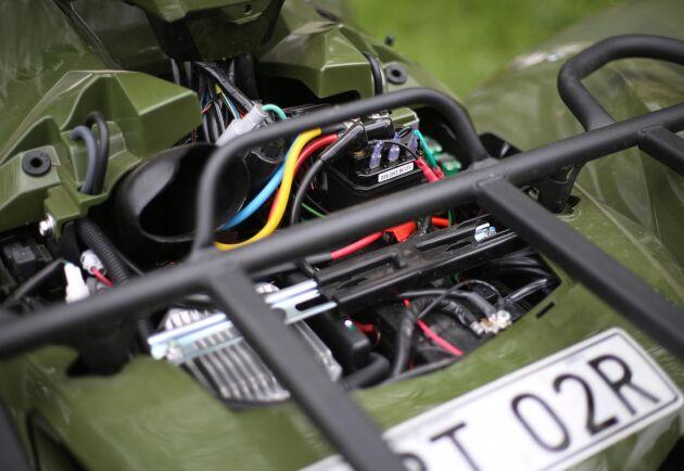 Det krävs en hel del skruvande för att kunna byta batteri.