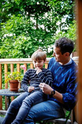 Stig myser med Markus på den nya balkongen över burspråket, med staket av lärkträ.