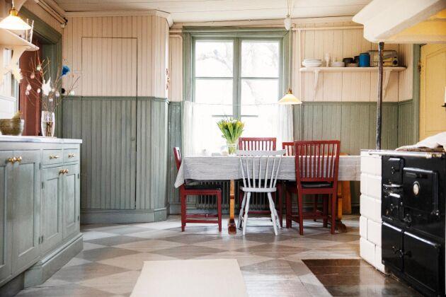 Köket där det mesta av originalinredningen finns kvar, som pärlsponten i tre olika bredder.