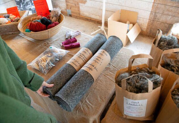 Pressad grå filt av gotlandsfårets ull blir yogamattor eller sittunderlag som säljs av Ullkontoret i Endre.