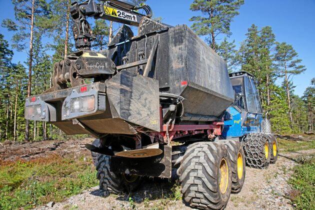 """Specialbygge. Askungen Vital sprider aska i skogarna i hela södra Sverige. De har fyra liknande maskiner som den här. """"Varje maskin rullar omkring 1 500 timmar per år"""", säger vd Henrik Pedersen."""