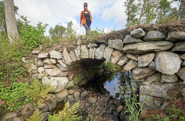 Den ursprungliga bron för den över tusen år gamla, militära härvägen, rasade. 1872 byggdes denna kopia, av stadig natursten.