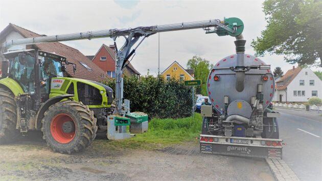Samson har även utvecklat ett nytt frontpåfyllningssystem som kopplas på traktorn för den som vill tanka gödsel från en tankbil, container eller liknande.