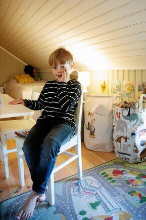 5-årige Stig gillar sitt rum med snedtak på den renoverade vinden.