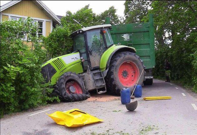 Ett hundratal liter diesel rann ut efter frontalkrocken mellan två traktorer i förmiddags.