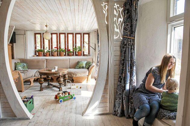 Halmväggen ger utrymme för en trevlig sittplats i ett av fönstren. Fönstren i vardagsrummet är återbrukade ventilationsfönster.