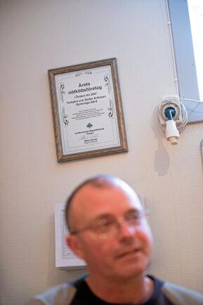 Stefan och Torbjörn har fått flera utmärkelser och diplom för sitt miljöarbete.