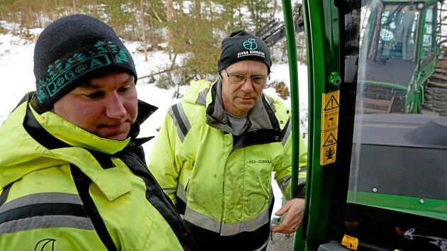 Johan Eriksson och Per-Gunnar Johansson kan inte undervisa så länge skotarna på Stora Segerstads naturbruksgymnasium står still. Stölderna har gjort dem obrukbara och John Deere får inte fram reservstolar.