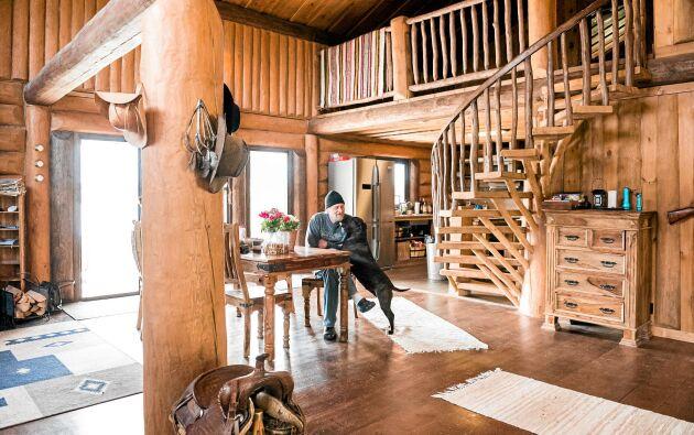 Att kliva in i Dick Bewarps hus är som att kliva in i vilda Västern. Överallt finns detaljer som påminner om västernlivet.