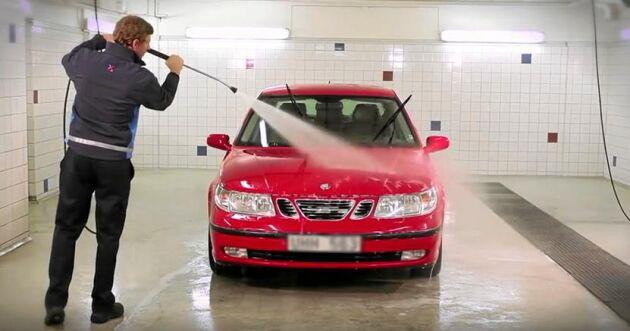 Bild ur OkQ8:s instruktionsfilm på Youtube för gör-det-själv-biltvätt.