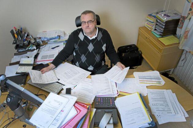 Tommy Stenlund på Skatteverket i Ludvika kontrollerar ansökningar