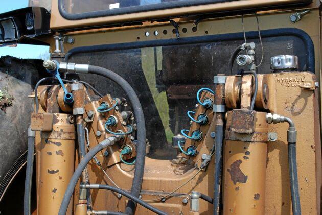 Swed-Trac modell II hade 8 stycken yttre hydrauluttag varav 2 par med flytläge. Lyftkraften i lyftarmarna var 10 000 kp.