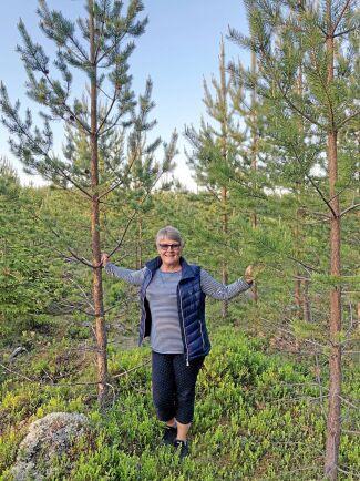Maud Olofsson vid träden som planterades när Alliansen bildades.