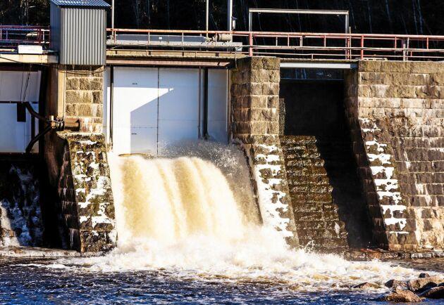 Länsstyrelsen Värmland och Kammarkollegiet får kritik för sitt sätt att driva processen i ett tillståndsärende om vattenkraft. (Bilden föreställer inte kraftverket i Dejefors.)