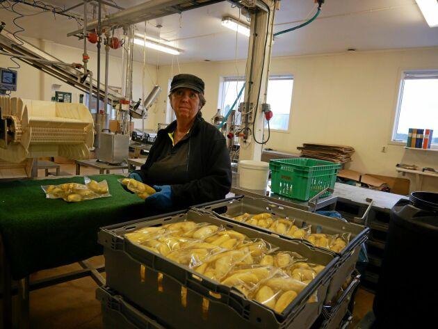 I samma lag. Många i familjen Larsson jobbar i företaget. Birgitta Larsson vid förpackningslinan.