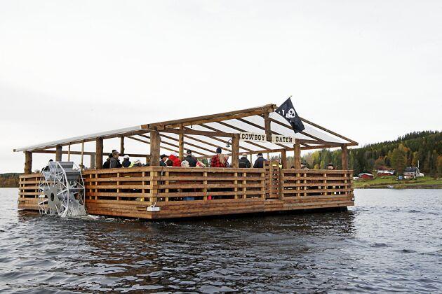 Cowboybåten är ute på sin premiärtur på Mårdsjön med dödskalleflaggan på plats.