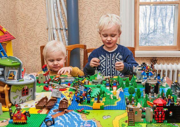 Sönerna Hektor och Isidor har gott om plats att bre ut sin legobyggen i det stora huset.