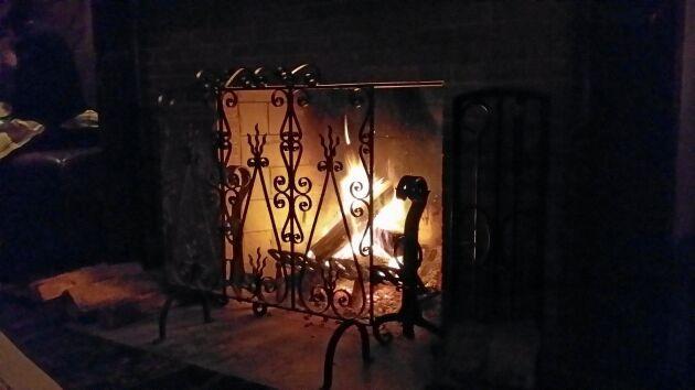 Elda bara när du är hemma och kan ha koll på kaminen.