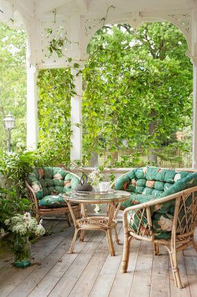 Lummigt inramad veranda hemma hos Anita och hennes familjs hus i Stora Rör.