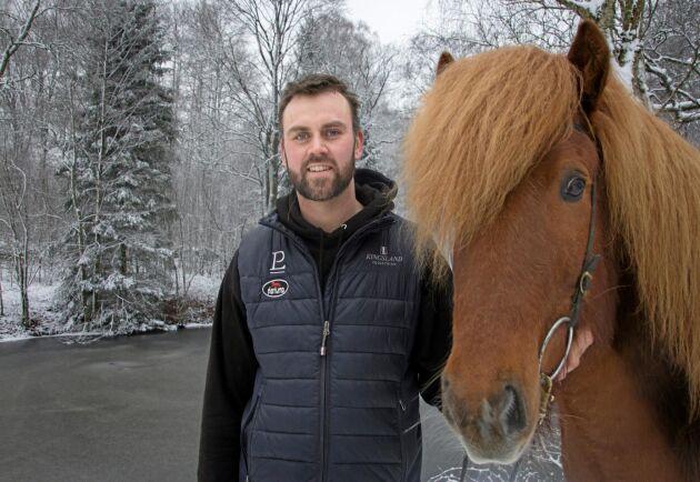 """Att förstå sig på det svenska företagarsystemet har inte varit lätt. """"Jag har fått ta fram mina isländska vikingaegenskaper"""", säger James Faulkner, här med SM-vinnaren Flans frá Víðivöllum Fremri."""