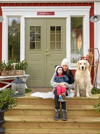 De vackra, gröna pardörrarna är pricken över i. Här sitter Sandra och sonen Noam på trappen.