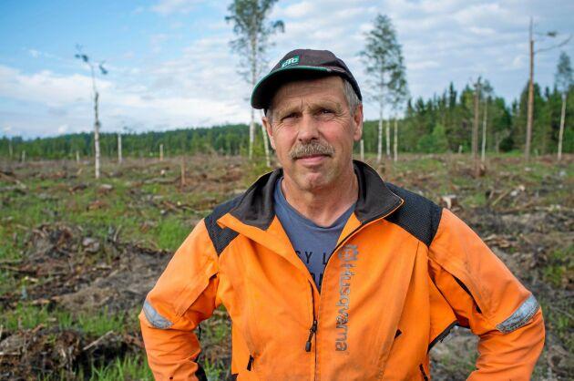 Skogsägare Björn Josefsson står ett kalhygge i Hammarland, Åland. Före stormen Alfrida stod här en tät tallskog.