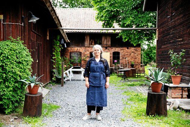 Operastjärnan Maria Keohane framför sin 1800-tals gård i Smedjebacken.