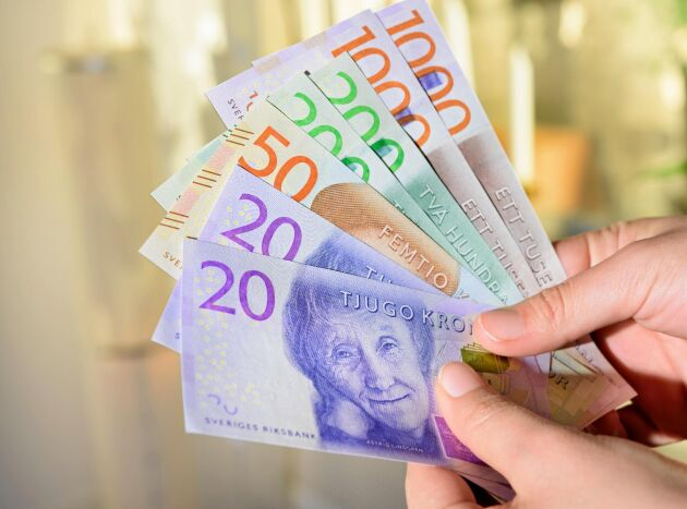 Kontantanvändningen i handeln minskar kraftigt, samtidigt vill allt fler svenskar behålla betalningsmetoden.
