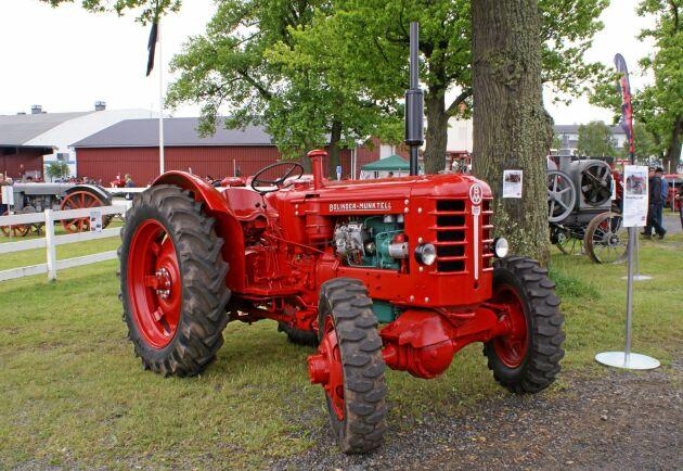 På lantbruksmässan i Jönköping 1959 visades denna BM 350 med fyrhjulsdrift. Kraften togs via det drivhjulsberoende kraftuttaget.