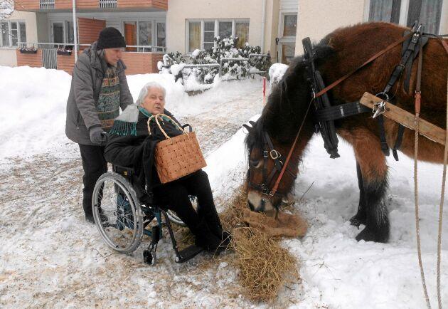 Mormor Margit Svensson tyckte att det var väldigt trevligt att ha hästen Granit på besök.