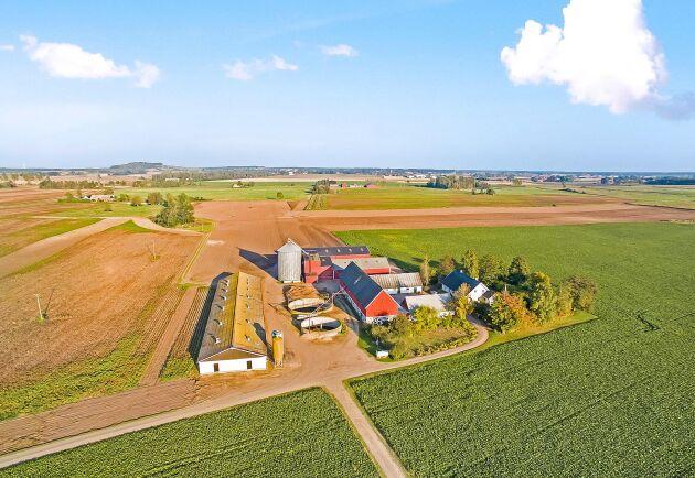 Arlövsgården består av över 140 hektar åker, två gårdscentrum 2 250 slaktgrisplatser och en spannmåls- och foderanläggning med kapacitet för 1400 ton.