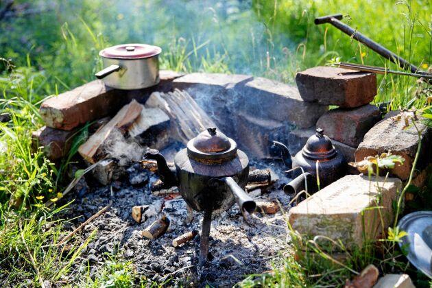 Nykokt kaffe från en öppen eld eller vedspis är exempel på det enkla liv som Pia gillar.