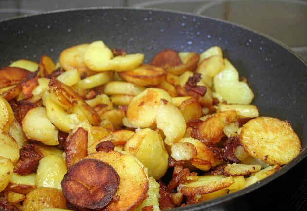 Det finns massvis med möjligheter för potatis som har blivit över. Skiva den och stekt knaprig i smör, till exempel.