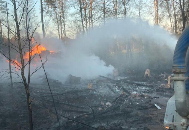Tack vare speciella brandrör kopplade till gödseltunnorna kan vattenstrålen nå 60 meter in i skog och mark.