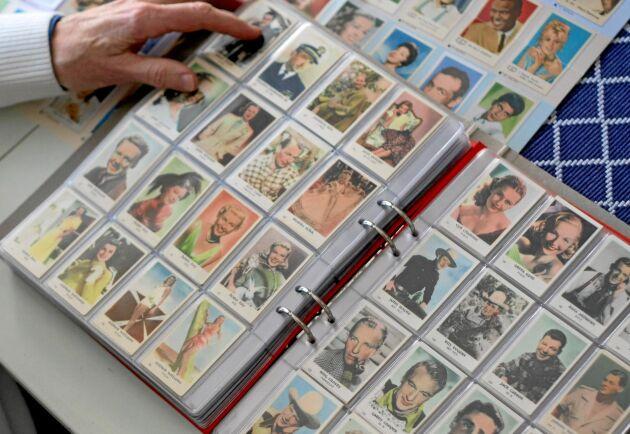 Bo Öfwerlund bläddrar i sina filmisalbum där han satt in bilderna i serier han försöker få kompletta. Svartvita filmisar kom i början av 1950-talet och kolorerade började dyka upp 1952-1953.