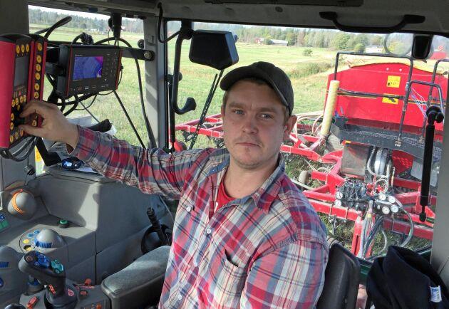Johan Kareliusson kör direktsåmaskinen denna dag.
